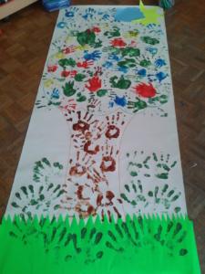 Disegno di un albero colorato con le mani dei bambini